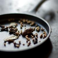 Wegańskie samosy - indyjskie pieczone pierożki